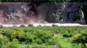 The moment a cliff collapses in New Zealand [Video]