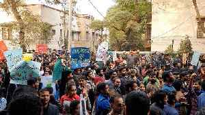 Delhi police shuts JNU gates to stop students march [Video]
