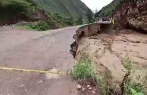 Bridge collapses as floods ravage Peru [Video]