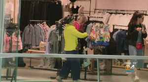 News video: Last Minute Christmas Eve Shoppers Pack The Malls