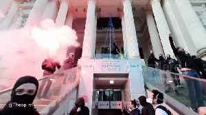 Protesters target Radisson Blu Hotel during protest in Nantes, France [Video]