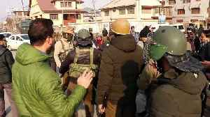 News video: Hundreds of journalists in Kashmir cluster around only building with internet access during government blackout