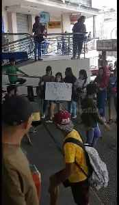 Schoolchildren perform outside shopping mall to raise money for Taal volcano victims [Video]