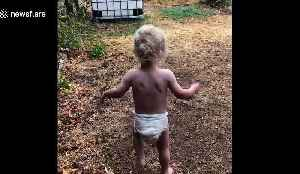 Excited toddler dances outside after seeing 'decent' rain for first time amid Australia's bushfire crisis [Video]