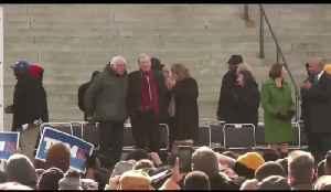 Sanders, Steyer do awkward dance at MLK event [Video]