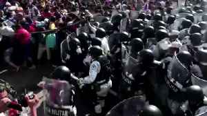 News video: Mexican security forces detain 800 migrants