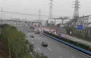 Checkpoints and long queues as Wuhan goes into lockdown [Video]