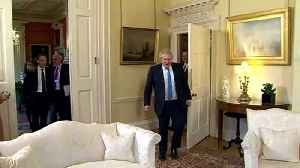 Mike Pompeo shakes hands with Boris Johnson at Downing St [Video]