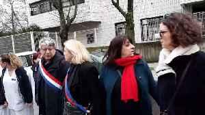 News video: Hospital staff form human chain around Paris hospital to protest