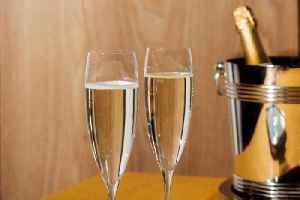 Wine bar installs Prosecco ATM [Video]