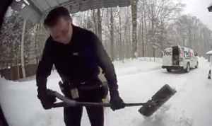 FedEx driver shovels snow off stoop for customer [Video]