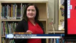 FBI agent surprises Milwaukee second grader [Video]