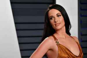 Kacey Musgraves is a 'warrior' for eyelash experimentation [Video]