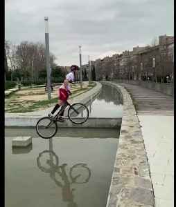 Close call! Urban cyclist shows off mad fountain hopping skills [Video]
