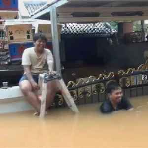 Rescuers use paddle boats to evacuate during Jakarta floods [Video]