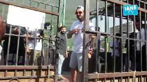 Ranveer Singh pose for the shutterbugs with cricket bat [Video]