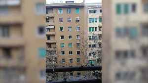 Rome residents applaud medical staff during coronavirus lockdown [Video]