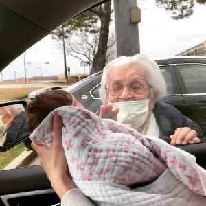 Newborn Meets Great Grandmother for the First Time [Video]