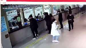 Kind-hearted Chinese man sprints away after throwing a bag of cash worth £12,000 onto hospital counter [Video]