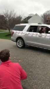 Family and Friends Celebrate Kid's Birthday With Car Parade During Coronavirus Lockdown [Video]