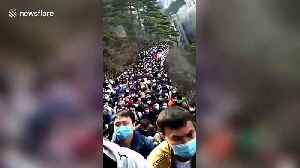 Chinese scenic spot swamped with 20,000 tourists as coronavirus outbreak slows [Video]