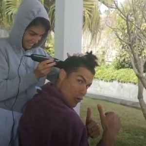 Cristiano Ronaldo gets a haircut from his girlfriend during quarantine [Video]