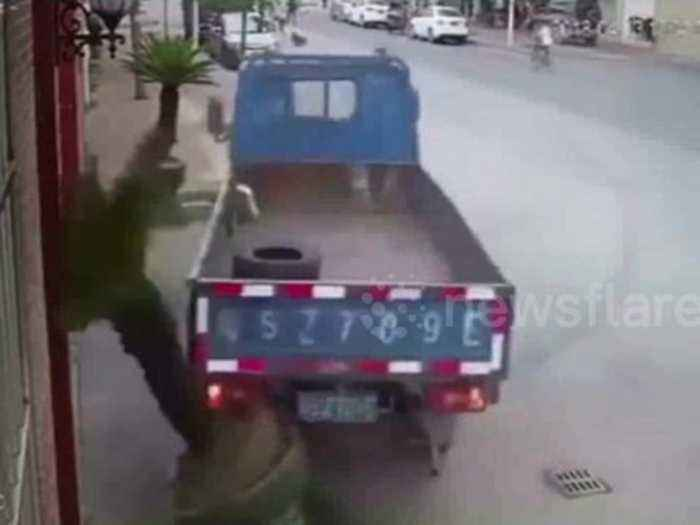 News video: Lorry makes 180-degree-turn to avoid car and makes near-perfect park