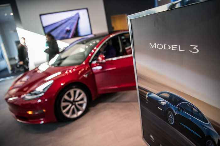 Tesla Temporarily Halts Production of Model 3