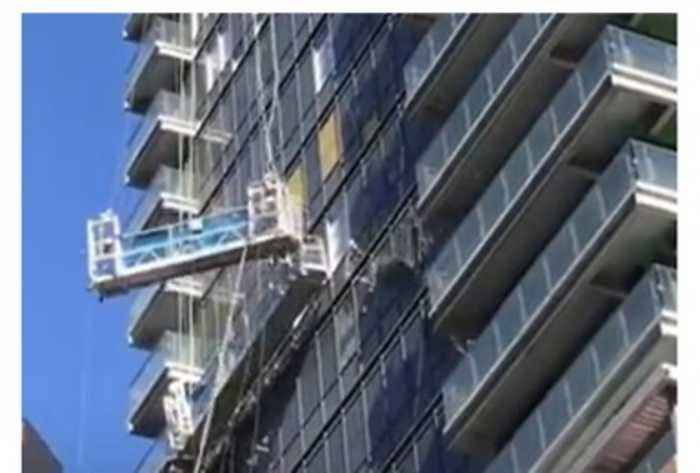 News video: Strong Winds Buffet High-Rise Cleaning Lift in Downtown Toronto