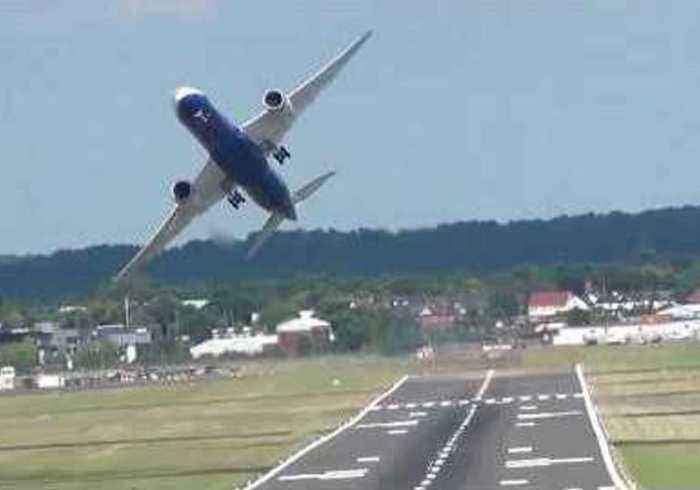 News video: Impressive Boeing 787 Touch Down and Take Off