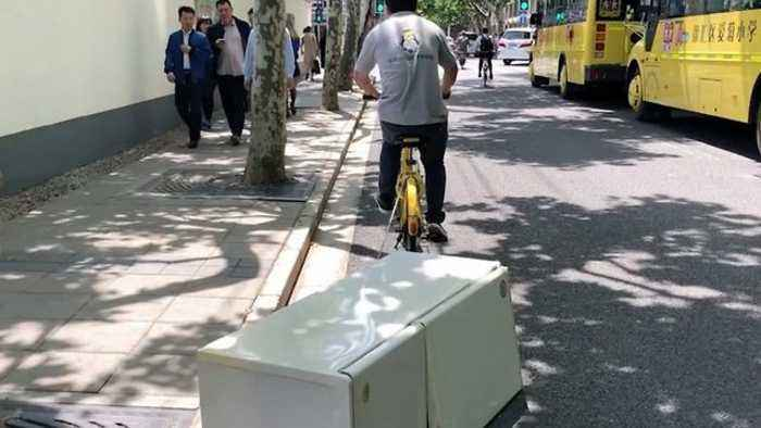 News video: And you think amazon are bad! Bonkers footage shows cyclist pulling fridge freezer behind him on busy Shanghai road