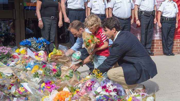 Trudeau lays flowers at Fredericton police headquarters