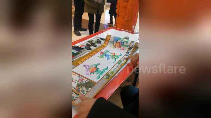 Skilful man shows off 'Dragon-Phoenix calligraphy' at a Chinese mall