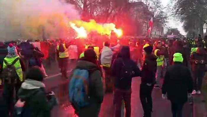 Running street battle in Paris on 10th weekend of protests