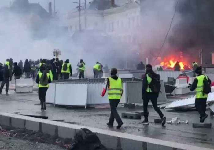Tear Gas Used, Fires Set During Yellow Vest Protest in Angers