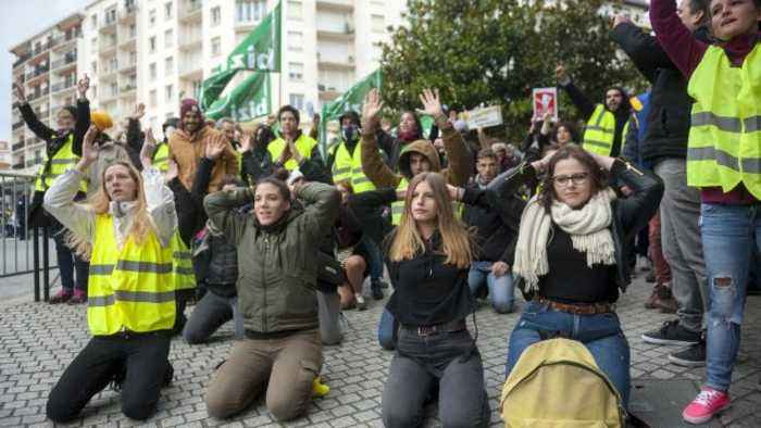 Yellow Vest Protests Continue for the 10th Week