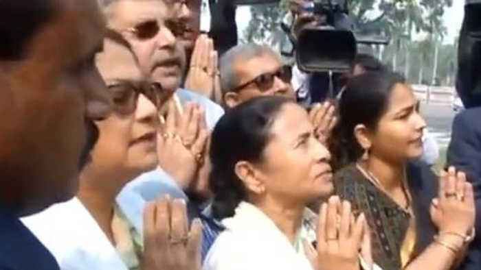 CM Mamata Banerjee offers prayer to Mahatma Gandhi to remove BJP Led Government | Oneindia News