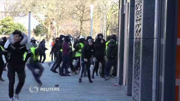 """French towns demand aid for damage inflicted by """"yellow vest"""" protests"""