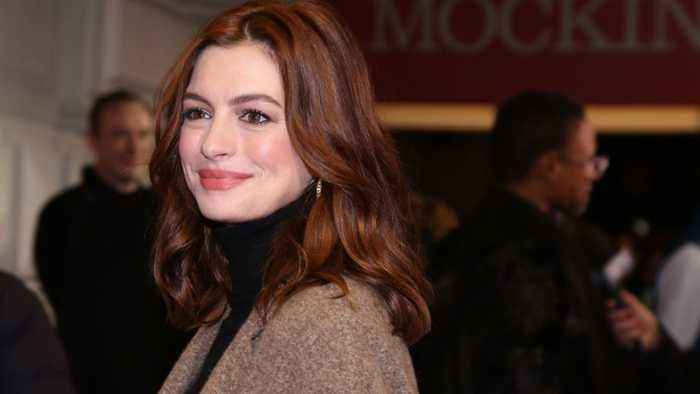 Anne Hathaway Roasts Herself Hosting Oscars
