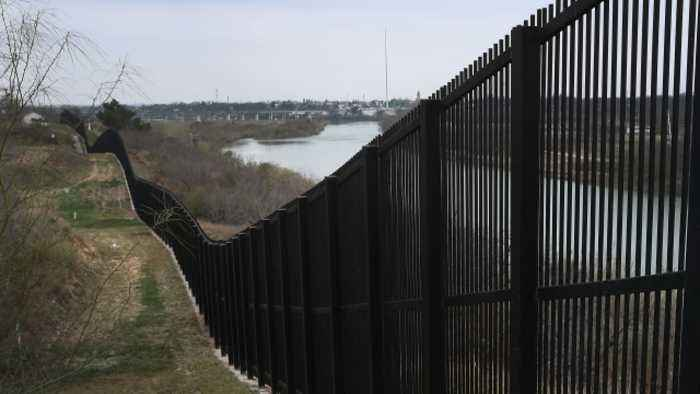 Pentagon Authorizes $1B Transfer for New Border Fencing