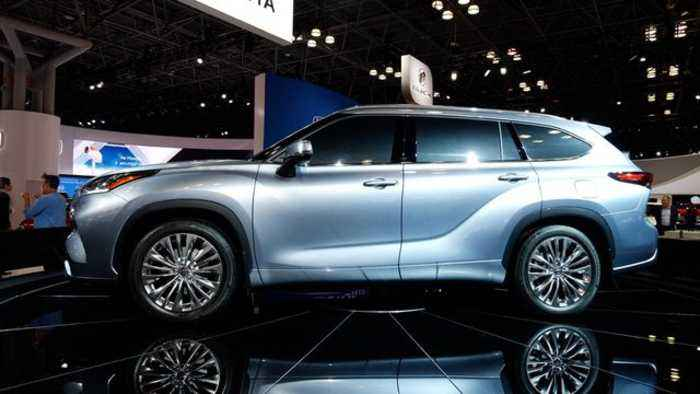 2020 Toyota Highlander is a smart SUV with optional hybrid power