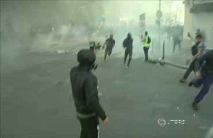 Clashes break out between police and yellow vest rioters in Paris