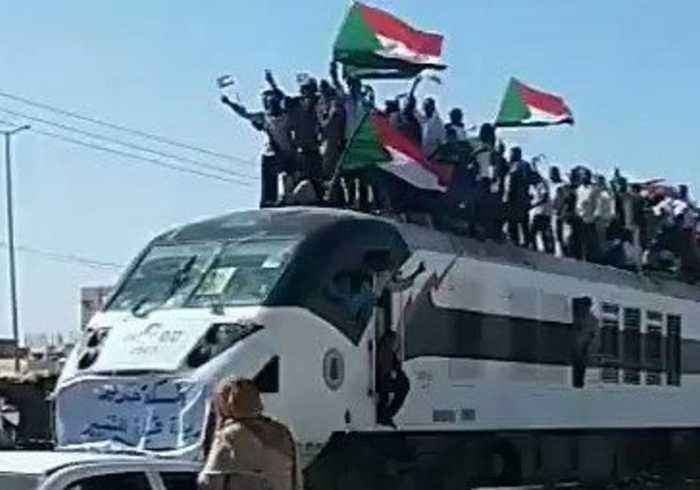 Sudanese Protesters Wave Flags From Roof of Khartoum-Bound Train