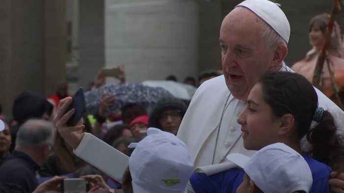 Pope gives migrant children ride on popemobile