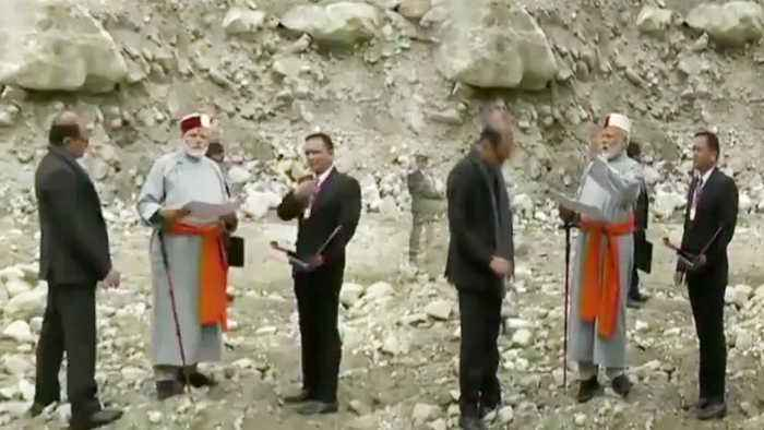M Modi offers prayers at Kedarnath, lauds progress of development projects | Oneindia News