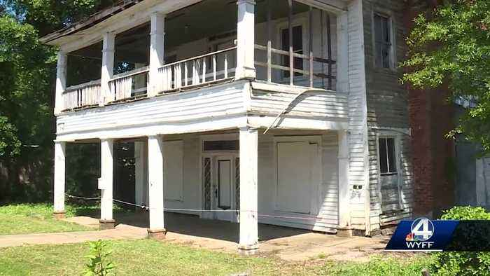 Community tries to save historical home from getting torn down
