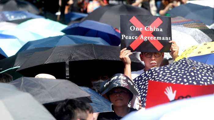 Hong Kong throng: Protesters want leader Lam to quit