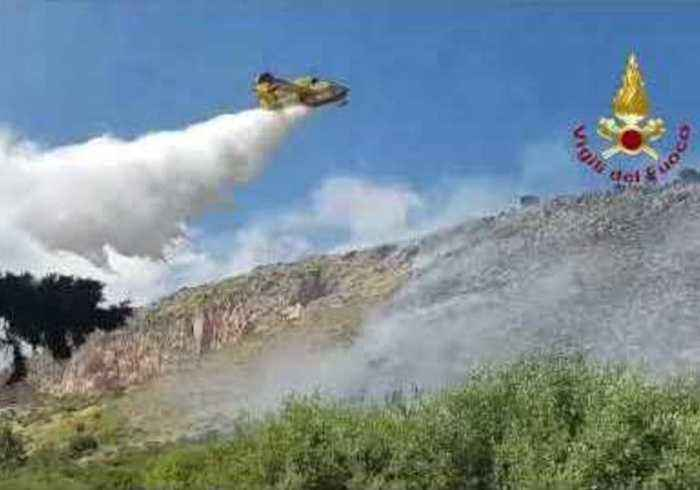 Firefighters in Sicily Call in Water Bombers to Tackle Vegetation Fire