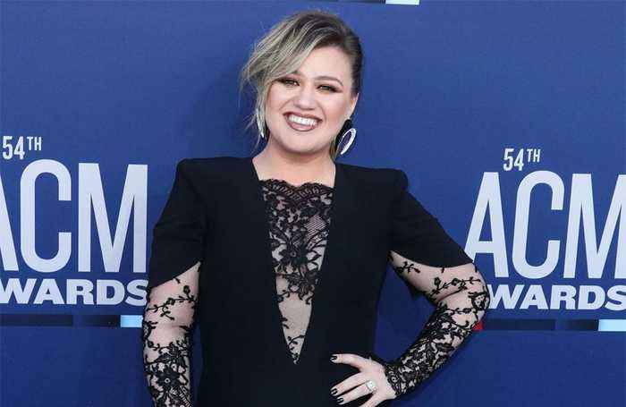 Kelly Clarkson offers advice to Taylor Swift