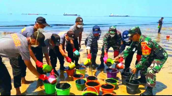 Oil spill spoils Indonesian beaches, major cleanup operation on
